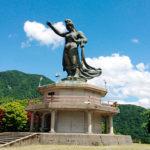 平和の像と宇奈月温泉街、黒部川の眺め(黒部市宇奈月温泉)